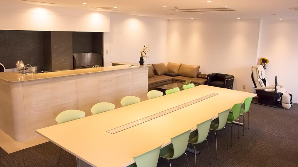 応接室、会議室、休憩室にもなる多目的ルーム