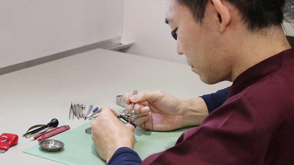 高い技術を持つ時計技師がご購入後の時計メンテナンスもお手伝いします。